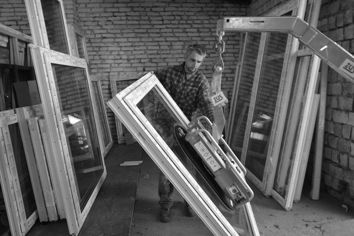 Montaż okna - dźwig
